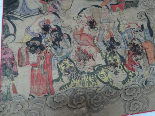 Traces de sang de coq séché sur les visages des protagonistes de l'exorcisme